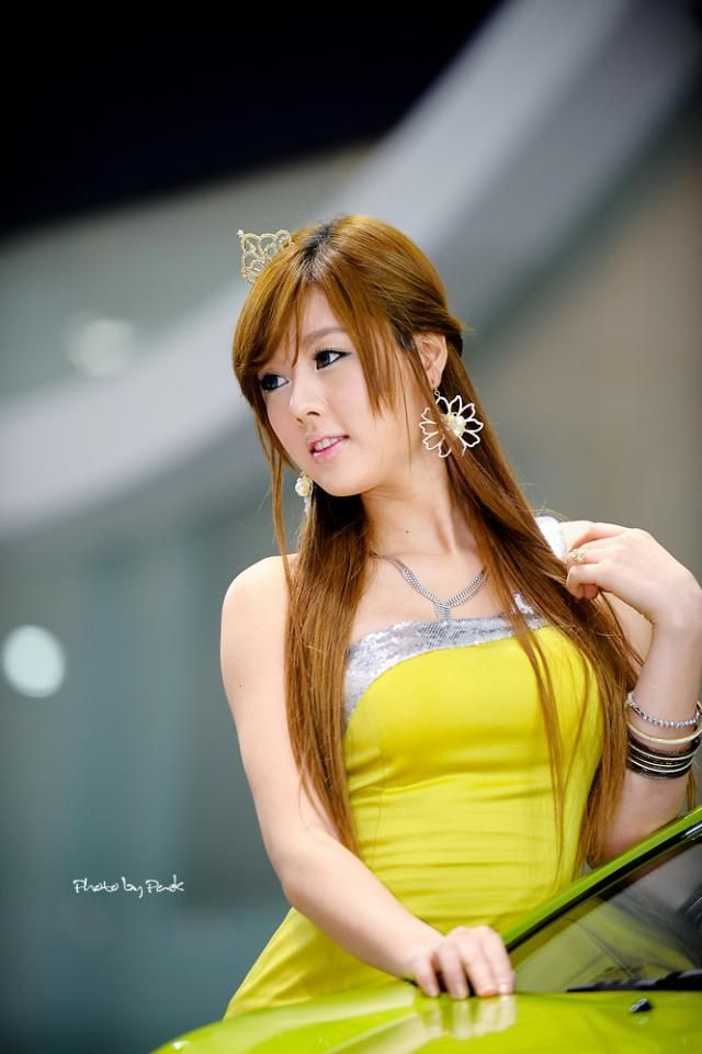 Pretty Girl From An Auto Show (13 Pics)